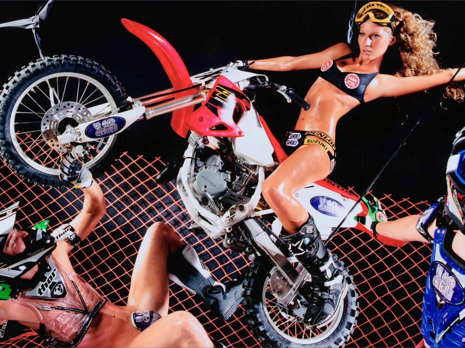 оседлала спортивный мотоцикл обои