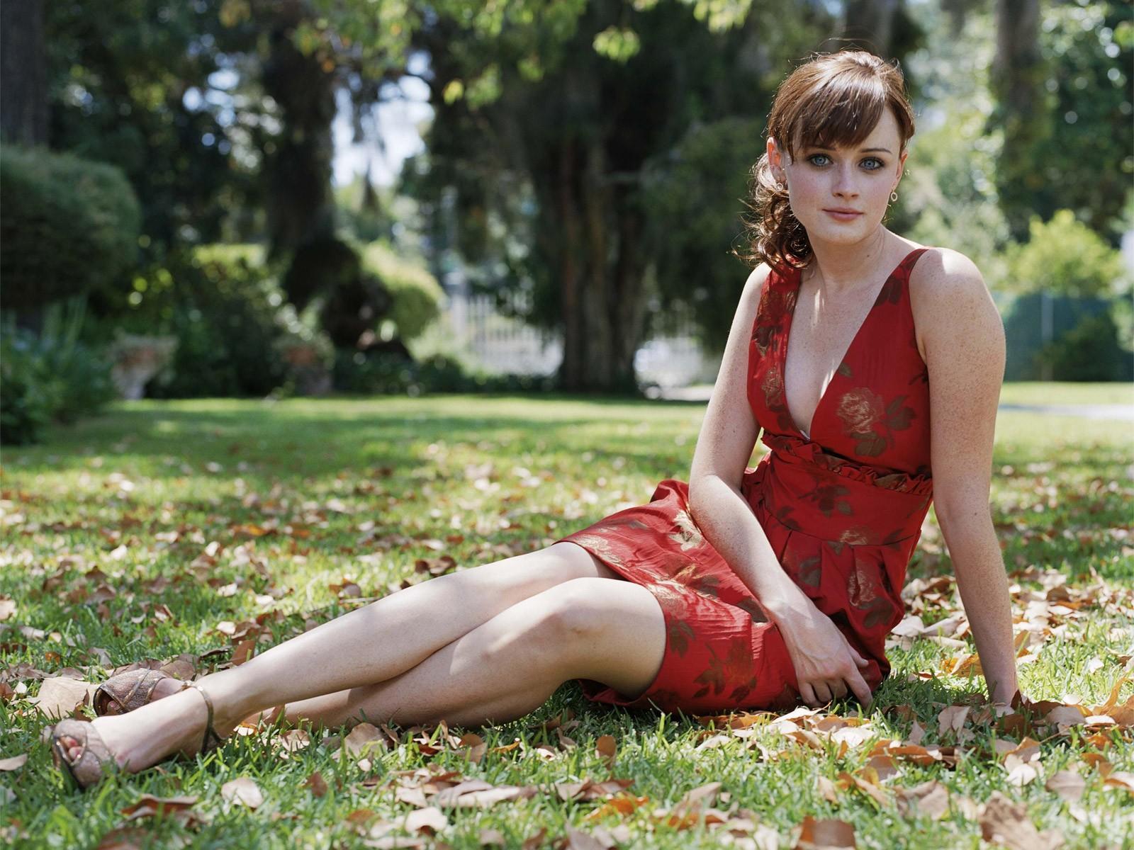 Девушку на траве бесплатно фото 545-726