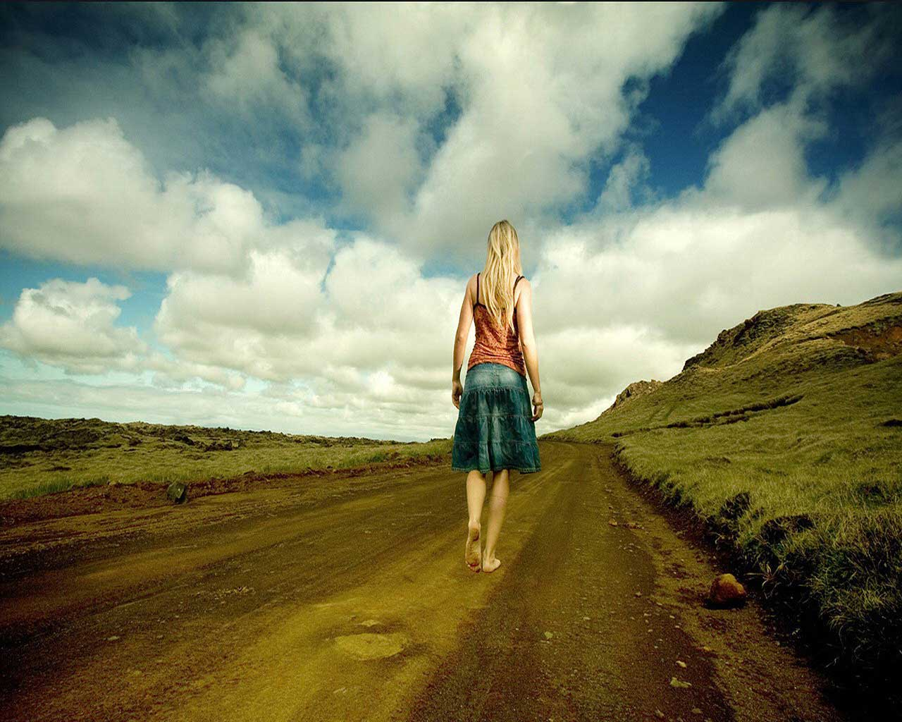 Картинка девушка идущая на компьютер, картинки на комп.: http://www.wallpage.ru/kartinka_devushka_idushaja_kompjuter-7196.php