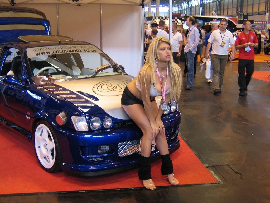 Блондинка сев на капот машины обои