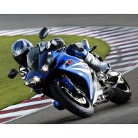 Спортивный мотоцикл Yamaha YZF-R1 на трассе, картинки и фоны для рабочего стола windows