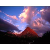 Вечернее небо над каменной горой - красивое фото на рабочий стол и картинки