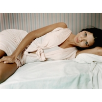 Адриана Лима на кровати - картинки, бесплатные заставки на рабочий стол
