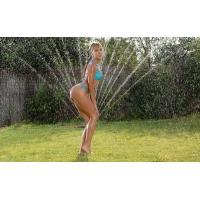 Девушка у фонтана - скачать красивые обои для рабочего стола